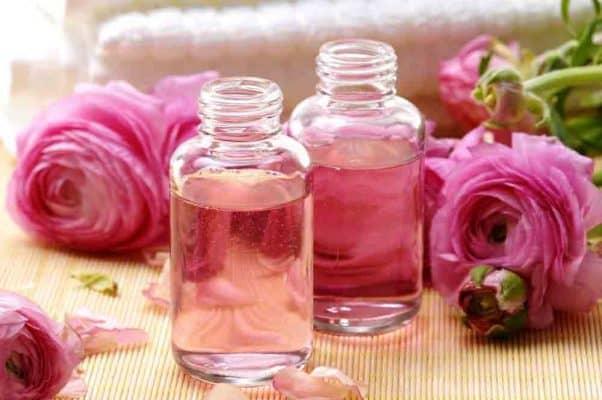 da mụn có nên dùng nước hoa hồng