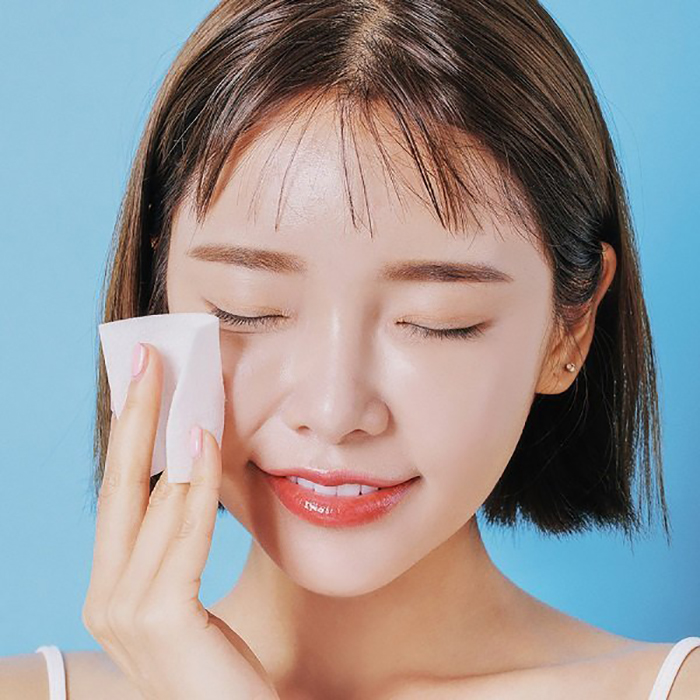 Sử dụng bông tẩy trang thấm nước tẩy trang cho da mụn để làm sạch sâu cho làn da.