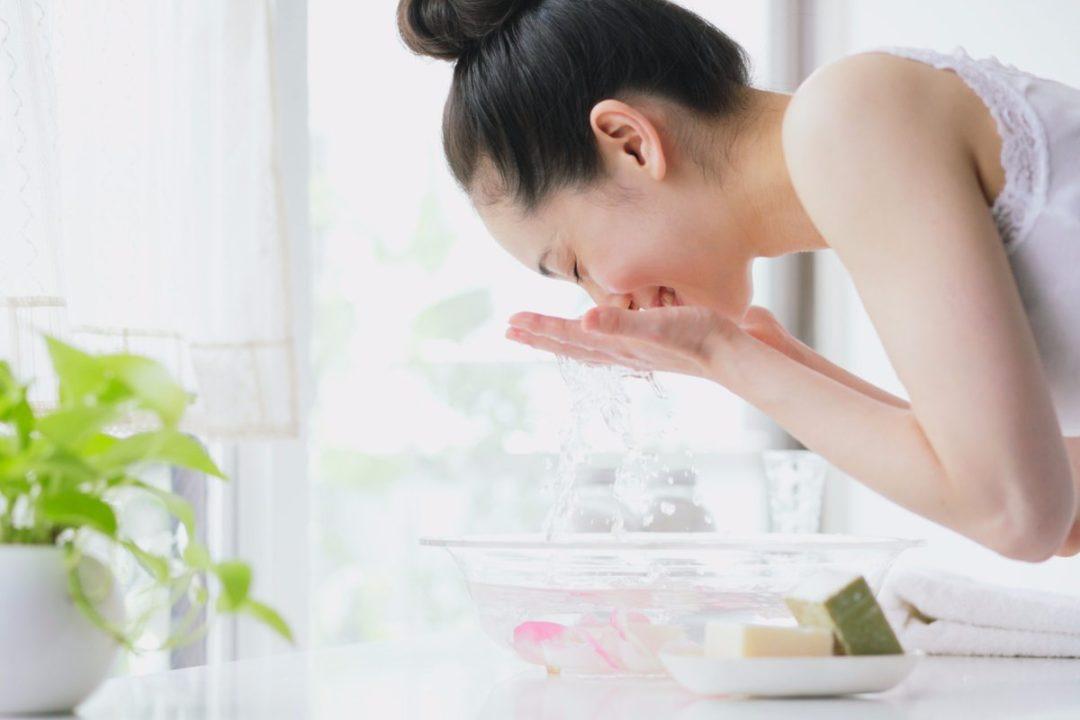 Rửa mặt 2 lần/ ngày với sữa rửa mặt giúp da luôn sạch, khỏe  mạnh.
