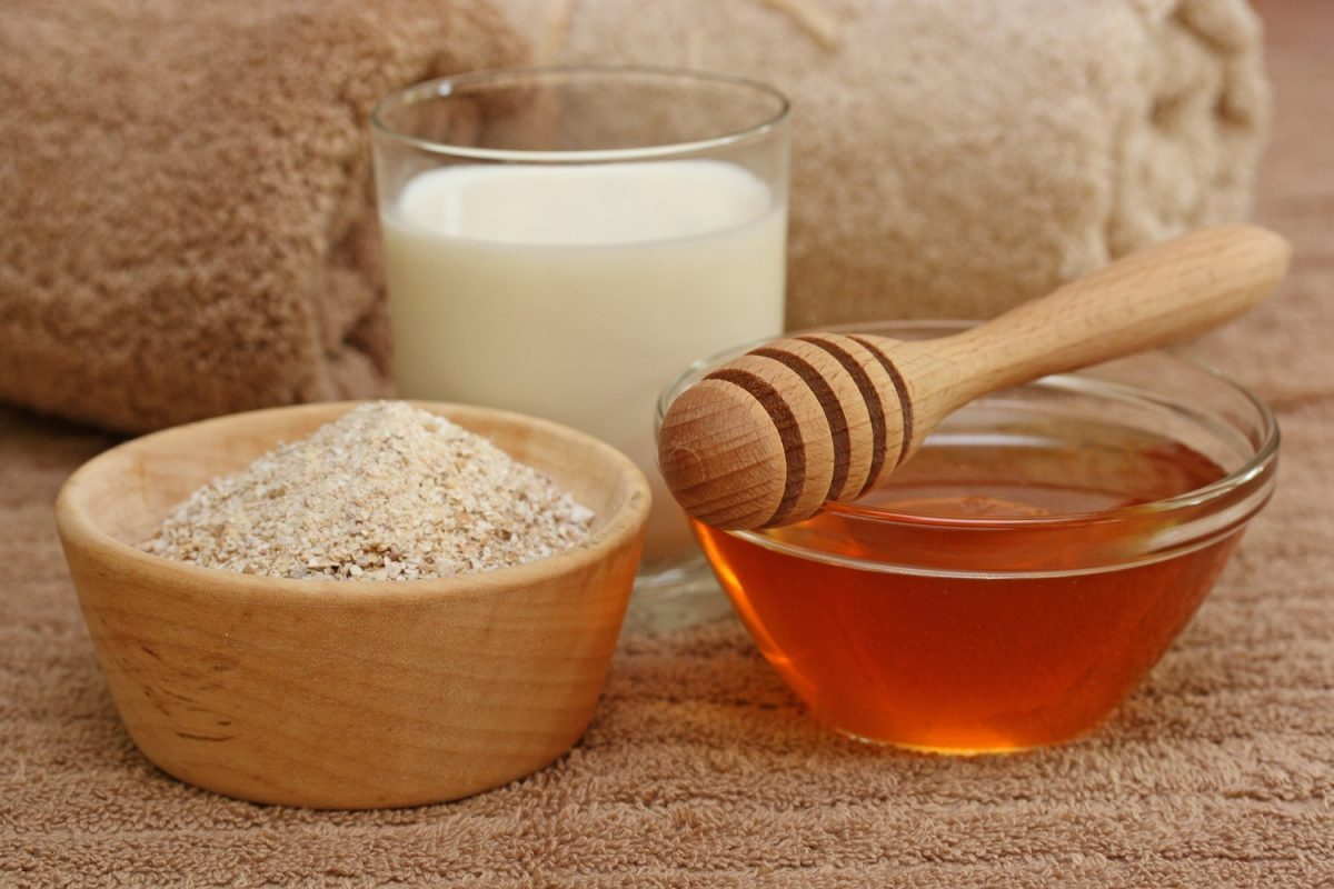 Mặt nạ cám gạo kết hợp cùng sữa tươi không đường.